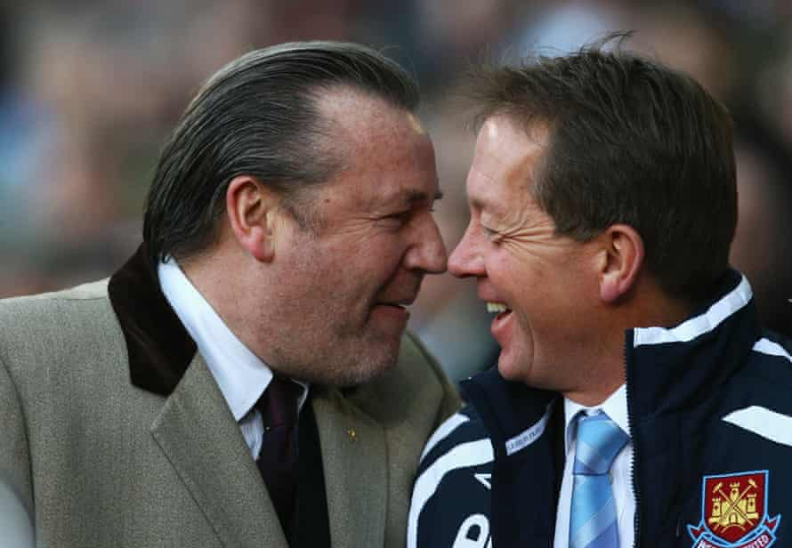 Alan Curbishley enjoys a chat with Ray Winstone while in charge of West Ham in 2007.