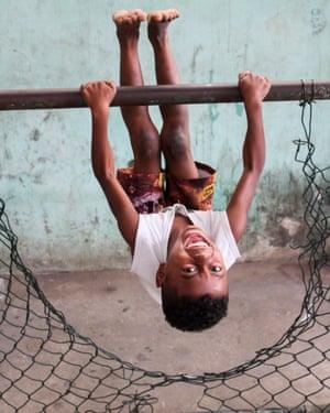 Gymnastics on the parallel bars – Turano favela style