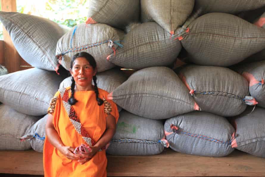 دالیا کازانچو در مقابل کیسه های عظیم قهوه.