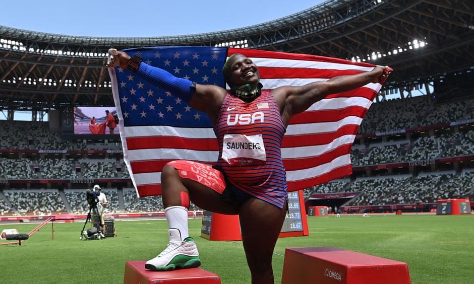 Raven Saunders comemorando sua medalha de prata nas Olimpíadas de Tóquio 2020 -Andrej Isaković/AFP/Getty Images