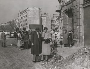 Joseph Cotten (Holly Martins) and Carol Reed (director) on location on the streets of Vienna