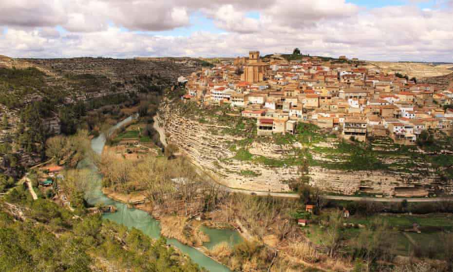 The village of Jorquera on a bend in the Júcar river.