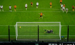 Rúben Neves buries his penalty to equalize the Wolves shortly before the break.