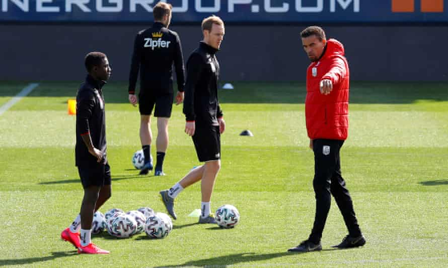 The Lask Linz head coach, Valérien Ismaël, talks with his players during training last week