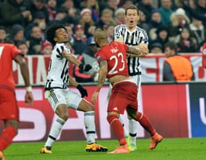 Bayern's Arturo Vidal and Juventus' Juan Cuadrado, left, and Juventus' Stephan Lichtsteiner have an difference of opinion.
