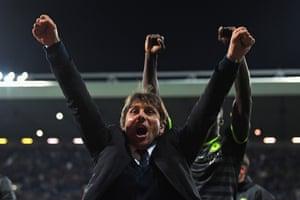 Antonio Conte celebrates winning the leauge.