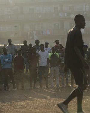 جمعیت مسابقه ای را در هراره تماشا می کنند.