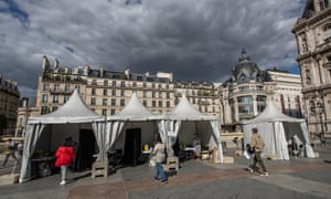 A temporary testing centre in front of Paris city hall
