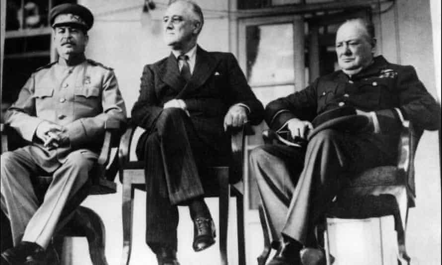 (من اليسار) جوزيف ستالين وفرانكلين روزفلت ووينستون تشرشل خلال مؤتمر طهران عام 1943