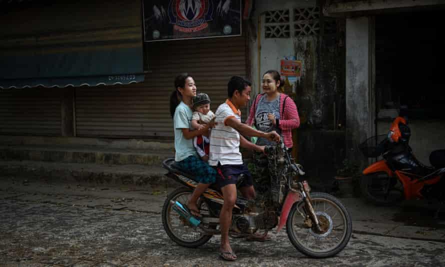 Inmigrantes Karen en bicicleta en Tailandia