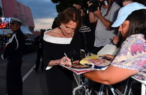 British actress Jacqueline Bisset signs autographs as she leaves the Festival Palace on May 26, 2017 following the screening of the film 'L'Amant Double' (Amant Double) at the 70th edition of the Cannes Film Festival in Cannes, southern France