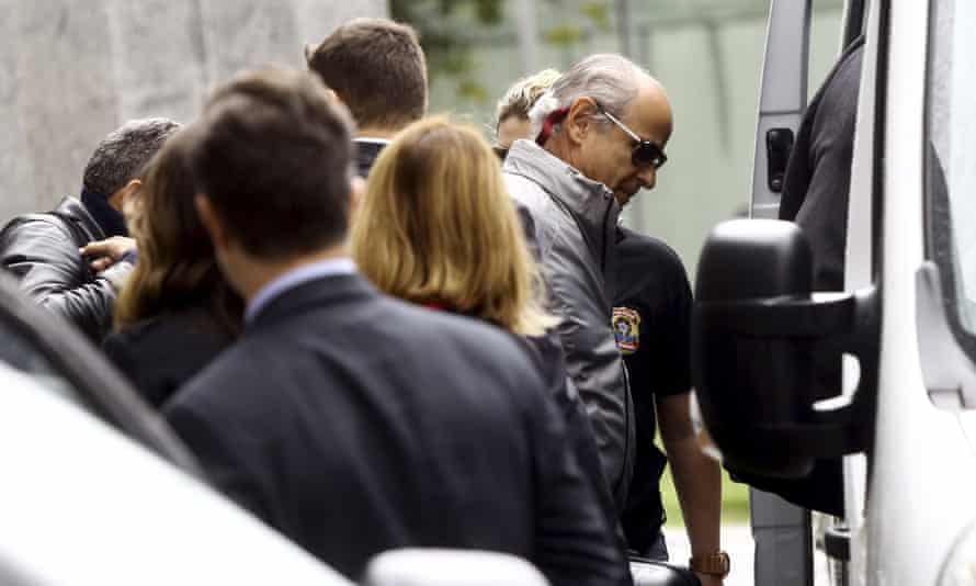Construction boss Otávio Azevedo, right, leaves federal police headquarters in São Paulo after his arrest in 2015
