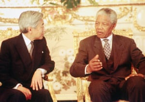 South African President Nelson Mandela talks with Emperor Akihito in the Akasaka State Guest House in Tokyo in July 1995