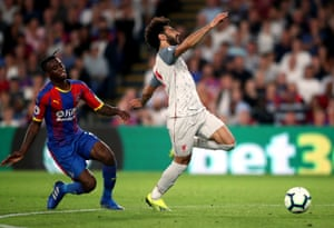 Aaron Wan-Bissaka brings down Mohamed Salah a gets a red card.