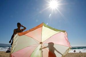 Beachgoers exposed to the sun