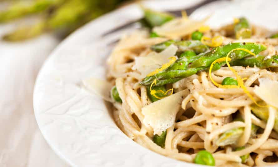 Pasta with asparagus, lemon and green peas