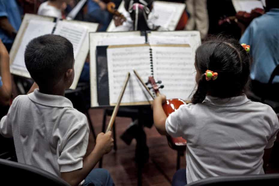 Students of the Jose Marti School 4.jpg Re: Julian Lloyd Webber in Caracas, Venezuela.