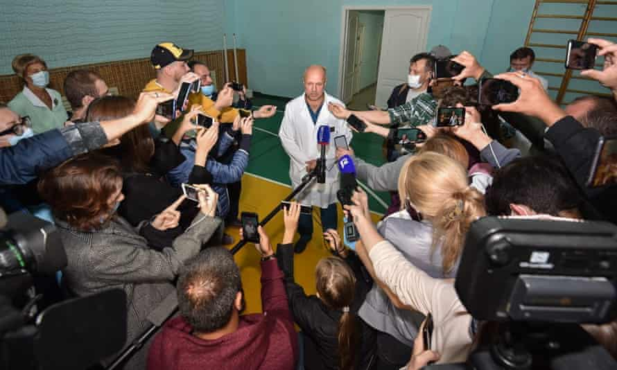 The deputy head of emergency medical care at hospital number one, Anatoly Kalinichenko, speaks to journalists about Navalny's condition.