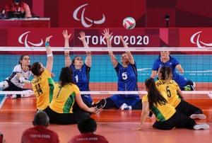 Il Brasile si scontra con l'Italia nella competizione di pallavolo.