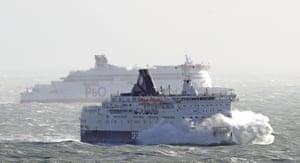 Il DFDS Calais Seaways si schianta attraverso le onde del Canale