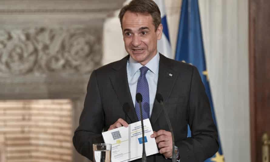 Perdana Menteri Yunani, Kyriakos Mitsotakis, menampilkan paspor digital Covid UE yang diusulkan di Athena