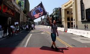 Un manifestant QAnon à Los Angeles.