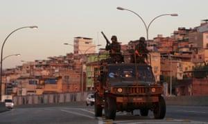2016年7月24日,士兵们在Maréfavela附近巡逻,因为预计将在奥运会期间开始进行大规模的安全行动。