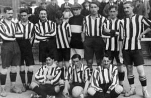 Pichichi (holding the ball) among his Athletic team-mates after winning the Copa del Rey in 1914.