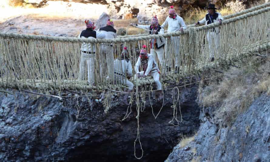 I membri della comunità Huinchiri hanno ricostruito il ponte Qeswachaka utilizzando le tradizionali tecniche di tessitura della contea di Canas.
