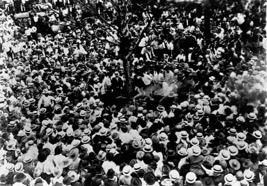Large crowd watching the lynching of Jesse Washington in Waco, Texas