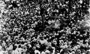 Large crowd watching the lynching of Jesse Washington in Waco, Texas, in 1916.