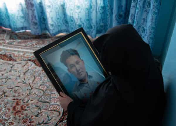 آمنه تصویری از پسرش احمد شاه را در دست دارد که در میان دیگر کارگران زغال سنگ در ماخ ، بلوچستان سر بریده شد.