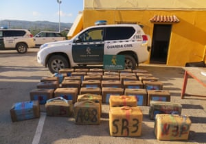 Contraband seized in a joint operation with national police, customs surveillance and Civil Guard in the Campo de Gibraltar, in the town of La Línea de la Concepción.