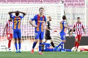 Frenkie De Jong and his Barcelona teammates react to Ousmane Dembele's miss.