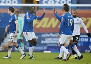 everton'dan abdoulaye doucoure ikinci golünü atmayı kutluyor.