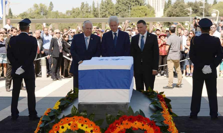 Bill Clinton views the coffin of Shimon Peres which is lying in state outside the Knesset