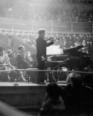 Yehudin Menuhin at a concert at Albert Hall/London. Photograph. November 29th 1931.