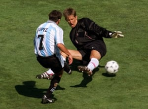 Claudio Lopez, left,slots the ball past Netherland's goalie Edwin Van Der Sar to get Argentina back on level terms.