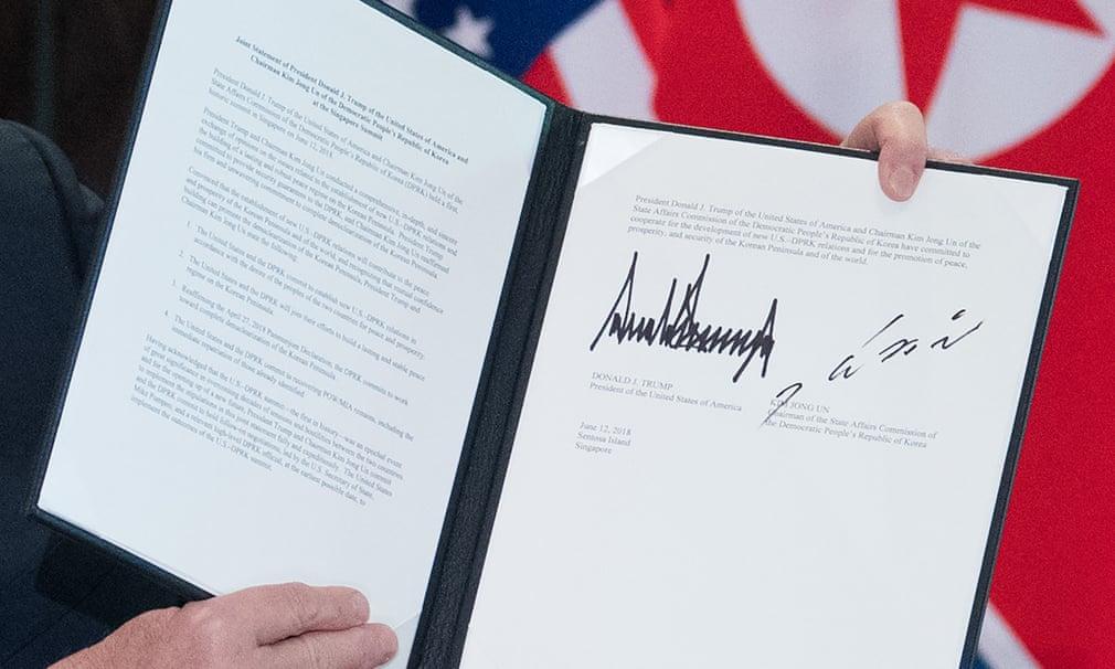 Il documento firmato da Trump e Kim Jong-un firmano l'accordo dopo il vertice di Singapore. Credits to: Saul Loeb/AFP/Getty Images.