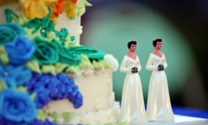 A wedding cake with statuettes of two women