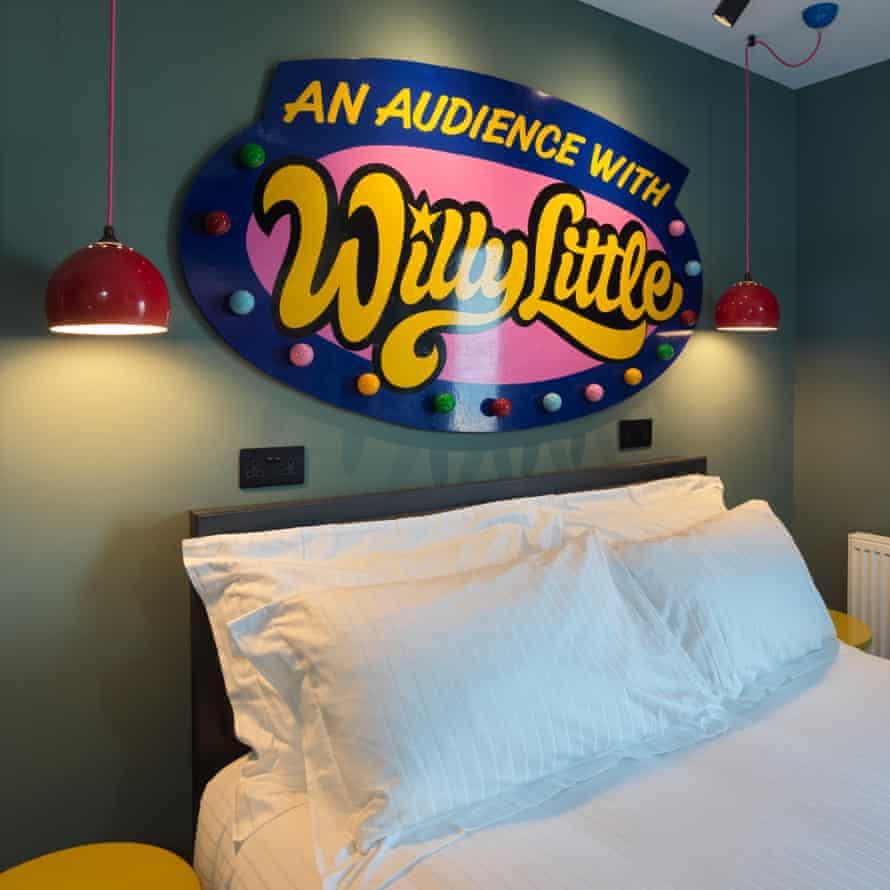 Una habitacion con un letrero