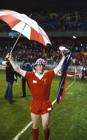 Sammy Lee goes for an umbrella and patriotic bowler combo