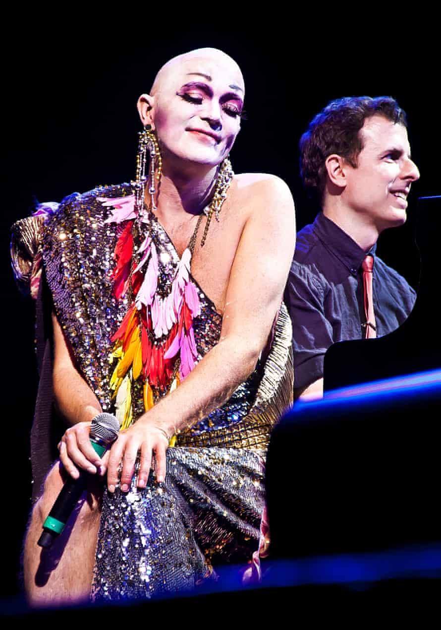 Outsized glamor and a staggering stage presence enable Mac to pierce the audience's hearts.