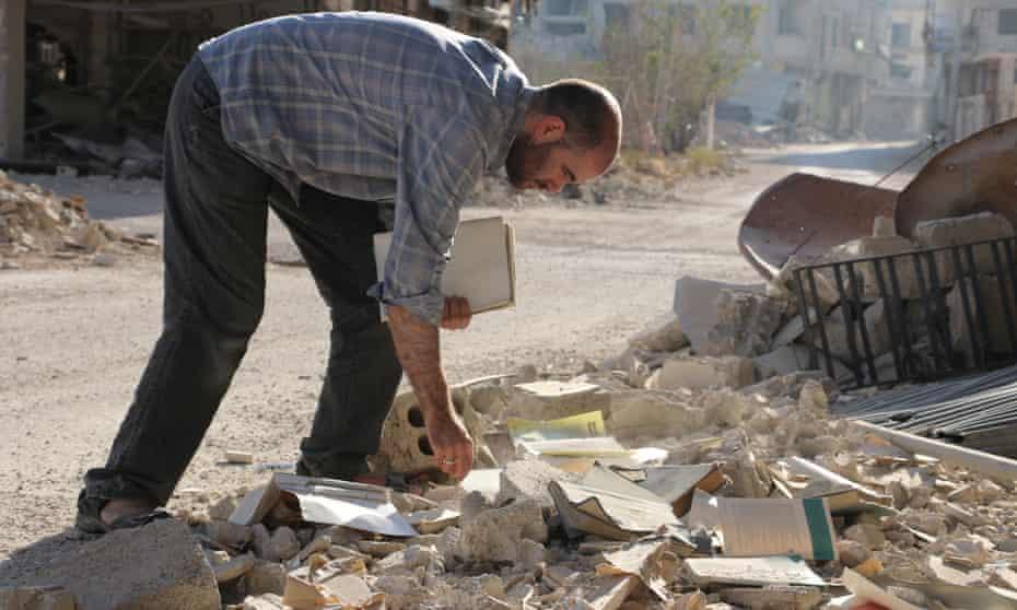 Salvaging books in Darayya