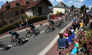 The peloton passes locals who put down their lunchboxes to applaud.