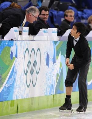 Nobunari Oda shows the judges his broken lace as he performs.