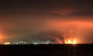 در حین آتش سوزی در پالایشگاه روغن پرتامینا در بالونگان دود بلند می شود