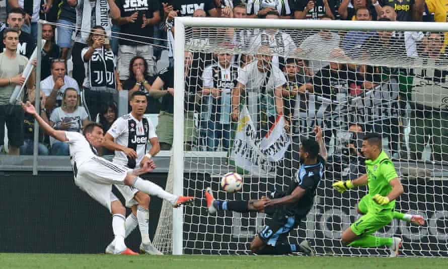 FC Juventus vs SS Lazio Juventus' Mario Mandzukic (L) scores during the Italian Serie A match at the Allianz Stadium in Turin, Italy, 25 August 2018.