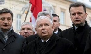Jarosław Kaczyński (centre) … back in power.