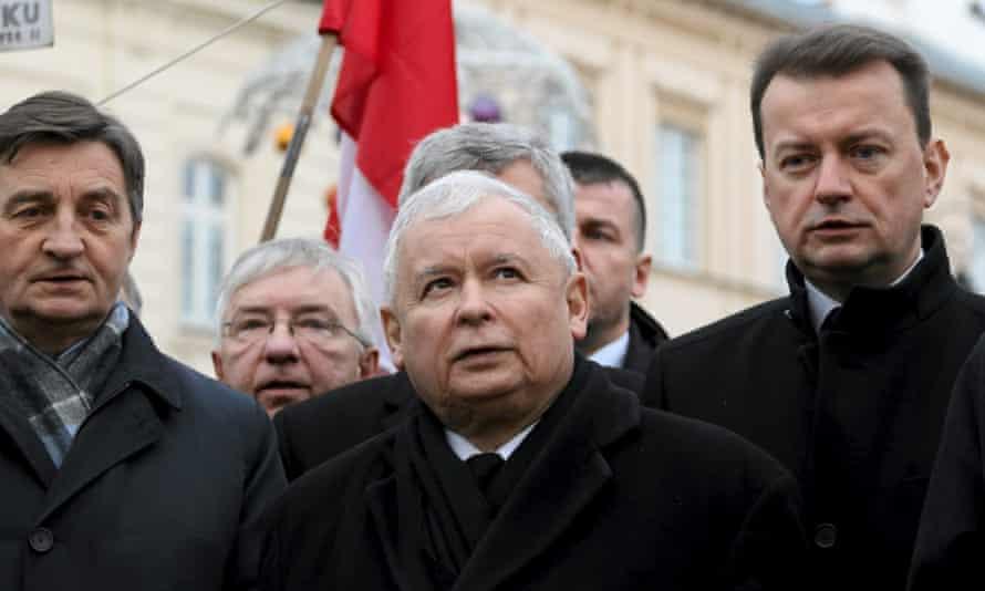 Jarosław Kaczyński (centre)